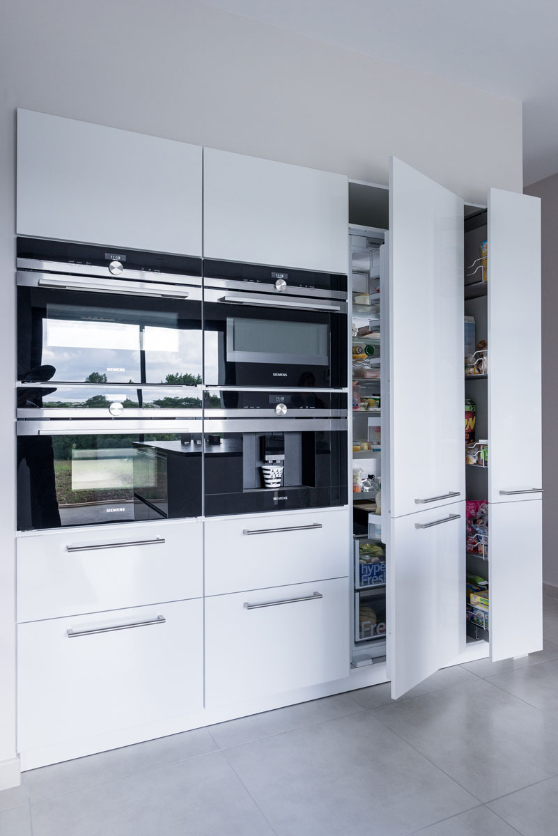 cuisine siematic moderne en laque blanche avec un lot central rennes idkrea rennes. Black Bedroom Furniture Sets. Home Design Ideas