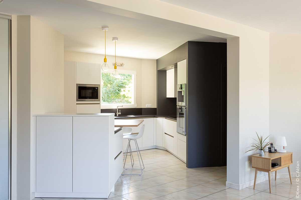 Cuisine d angle ouverte en blanc et bois idkrea rennes - Cuisine architecte d interieur ...