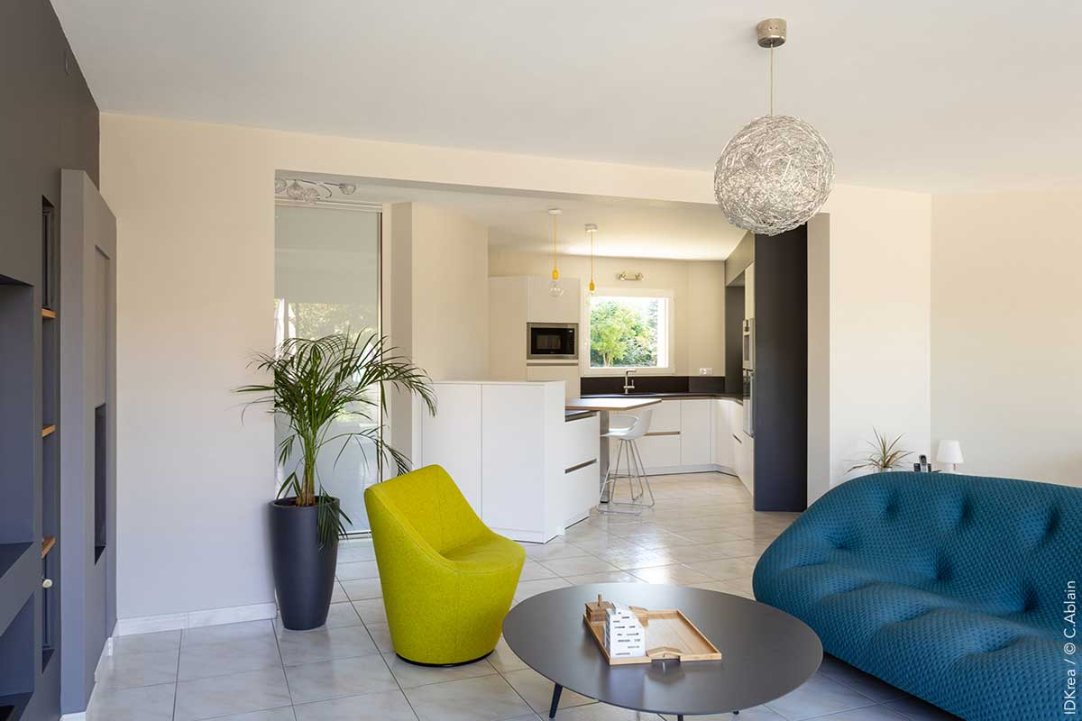cuisine d angle ouverte en blanc et bois idkrea rennes. Black Bedroom Furniture Sets. Home Design Ideas