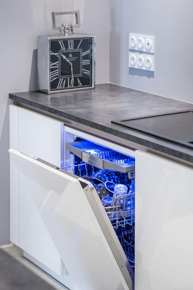 cuisine siematic moderne en laque blanche avec un lot central rennes idkrea rennes. Black Bedroom Furniture Sets. Home Design Ideas