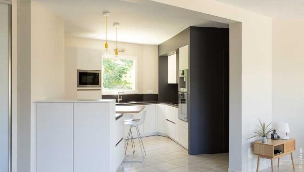 cuisine d angle ouverte contemporaine en blanc et bois IDKREA Rennes