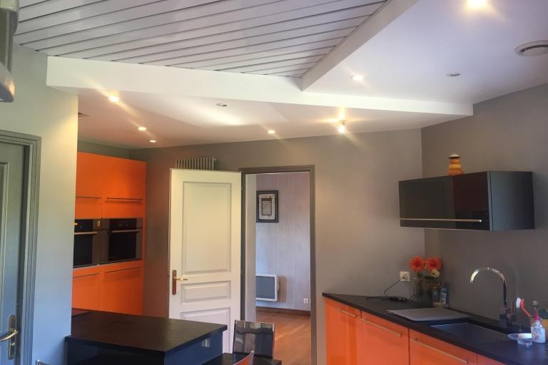 Cuisine dans une maison de famille avant rénovation