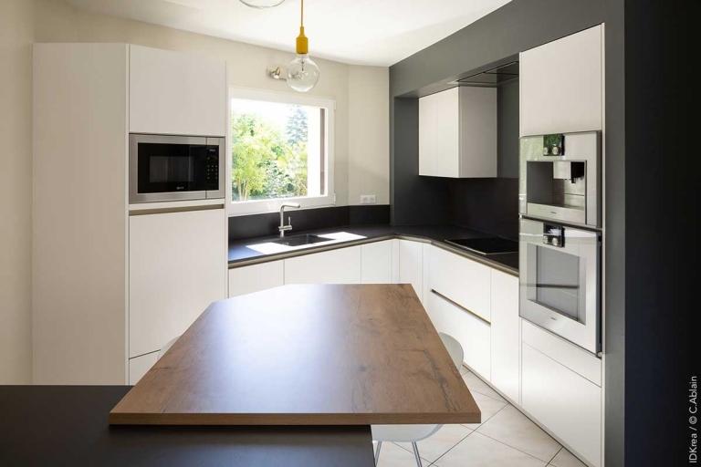 cuisine-d-angle-ouverte-contemporaine-en-blanc-et-bois-IDKREA Rennes